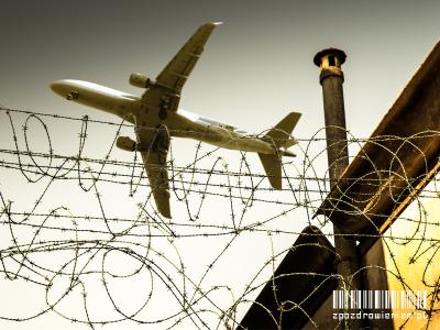 ekstradycja-zpozdrowieniem-samolot-mur-drut-kolczasty