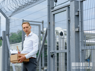 Mężczyzna wychodzący zwięzienia, po wyroku zpozdrowieniem readaptacja osadzonych